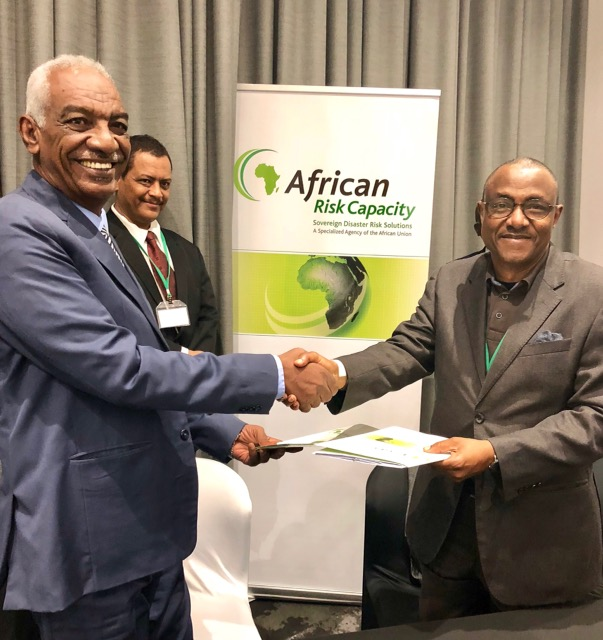 Dr. Hashim Hussein, Secretary-General of the Sudanese National Council for Civil Defense (NCCD) and Director-General of African Risk Capacity, Mohamed Beavogui exchanging copies of the MoU in Johannesburg, Republic of South Africa.