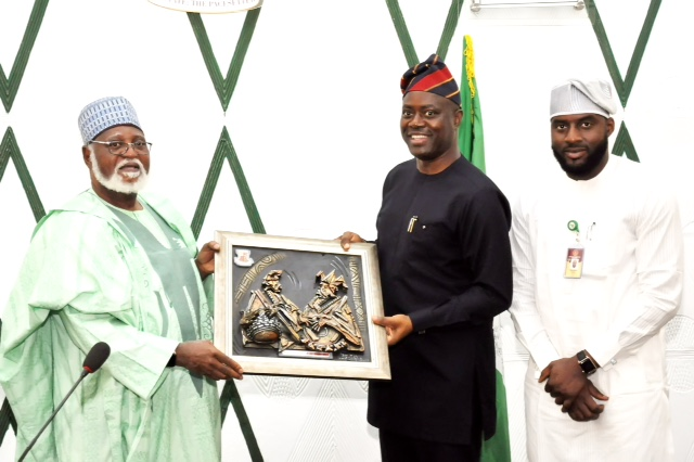 ABDULSALAM: Oyo State Governor, Mr Seyi Makinde (middle) presenting artwork frame to Former Head of State, Alhaji Abdulsalam Abubakar  while the Speaker Oyo State House Assembly, Hon Debo Ogundoyin look on during a courtesy visit to Governor's office, Ibadan. PHOTO: Oyo State Government