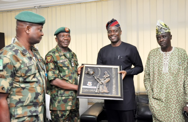 GOC: Oyo State Governor, Mr Seyi Makinde (second right), presenting artwork frame to GOC 2 Division Nigeria Army, Major General Okwudlili Azinta, why Commander Operation Burst, Brigadier General Oluyinka Soyele (left) and Chairman Oyo State Advisory Council, Senator Hosea Agboola look on during the GOC visit to Governor's Office, Ibadan. PHOTO Oyo State Government.