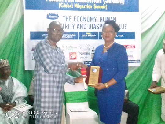 Chairman, Nigeria Union of Journalists ( NUJ), Dr Qasim Akinreti presenting JIFORM Award to the Nigeria Coordinator, The Migrant Project, Mrs Clare Henshaw during the Journalists Internatinalonal Forum For Migration ,JIFORM,  Global Summit in Abuja on November 26, 2019.