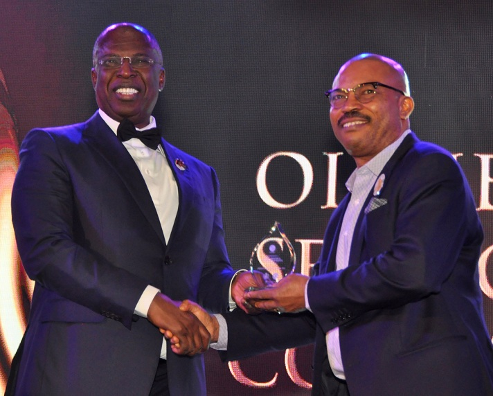 Minister of State for Petroleum Resources, Chief Timipre Sylva presenting Oil Service Company of the Year 2020 award to Obi Uzu, Managing Director/Chief Executive, Global Process & Pipeline Services Limited (GPPSL) receiving the award of GPPSL as at the Nigeria International Petroleum Summit (NIPS) held in Abuja recently.