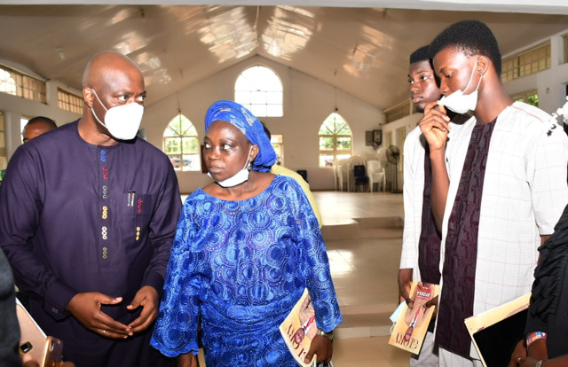 From left, Oyo State Governor, Engr Seyi Ma:kinde; wife of late Commissioner for Environment and Water Resources, Hon Kehinde Ayoola, Prof (Mrs) Olukemi Ayoola; sons, Folarin and Bee'loluwawi during the burial service at New Convenat Church, Odo-Ona, Apata, Ibadan. PHOTO: Oyo State Government.