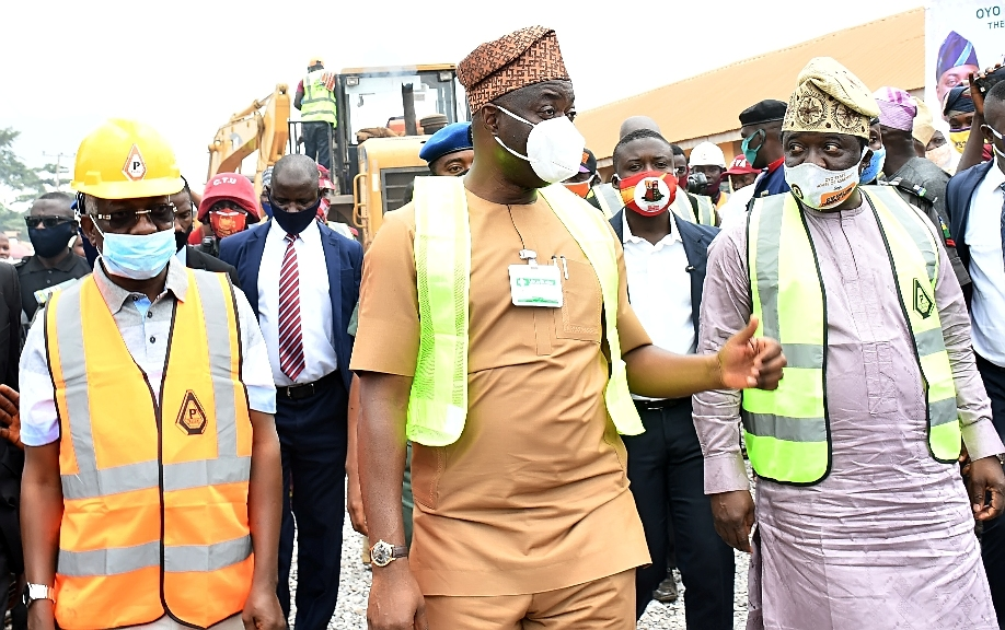 Oyo State Governor, Engr Seyi Makinde (middle); his deputy, Engr Rauf Olaniyan (left) and Deputy Speaker, Oyo State House of Assembly, Hon Mohammed Fadeyi during the Official flag-Off of 21km construction of Airport road, Ajia-New Ife Express road Spurb to Amuloko road, Ibadan. PHOTO: Oyo State Government.