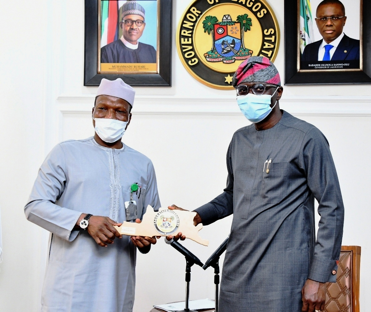 L-R: Managing Director/CE, Federal Airports Authority of Nigeria (FAAN), Capt. Rabiu Hamisu Yadudu, receiving a plaque from Lagos State Governor, Mr. Babajide Sanwo-Olu.
